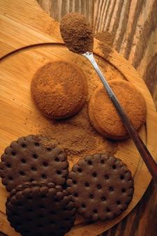 Un tas de biscuits et une cuillerée de cacao.