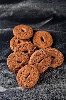 Tas de biscuits frais aux deux pépites de chocolat