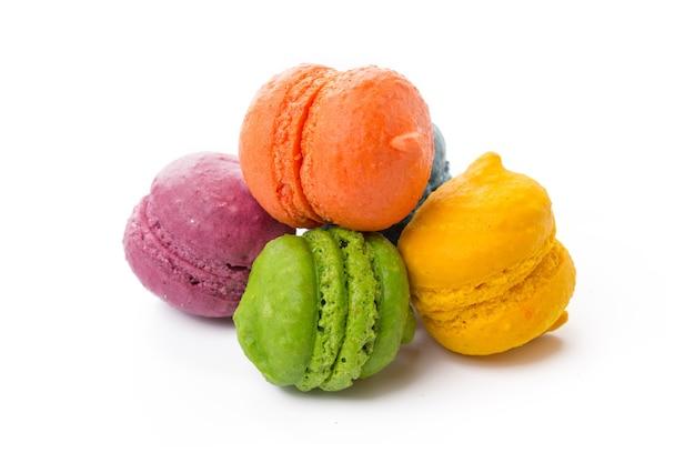 Tas de biscuits meringués colorés isolated on white