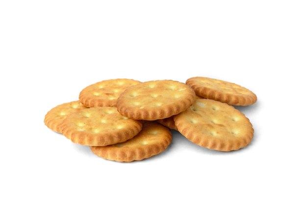 Tas de biscuits salés isolés sur fond blanc.