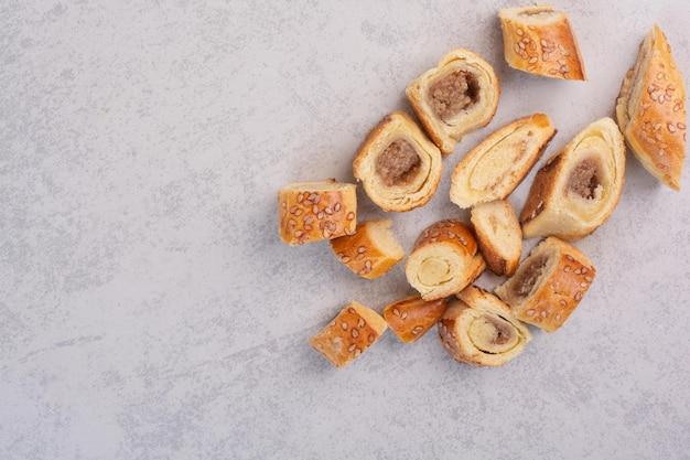 Tas de biscuits sucrés sur fond gris. photo de haute qualité
