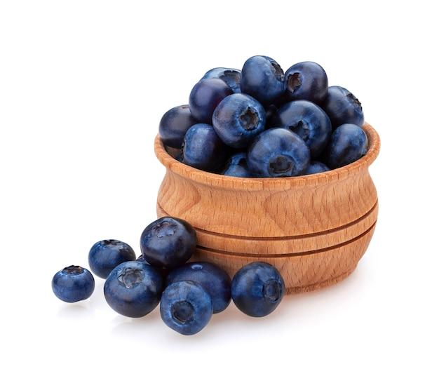Un tas de bleuets frais dans un bol en bois