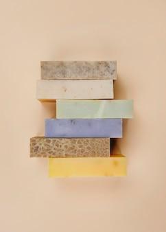 Tas de blocs de savon maison vue de dessus