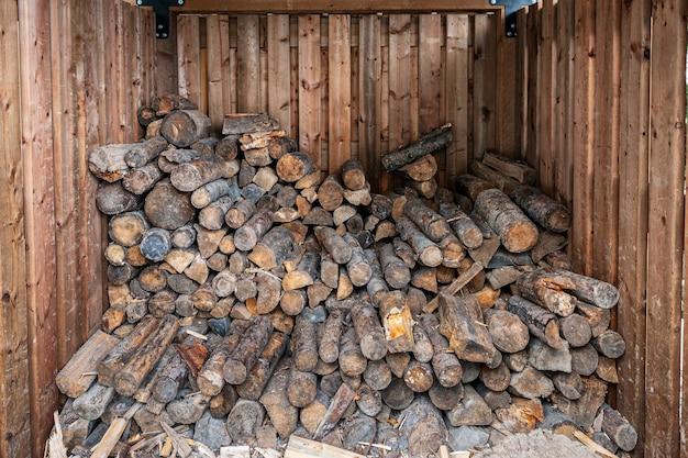 Tas de bois de chauffage dans un abri en bois