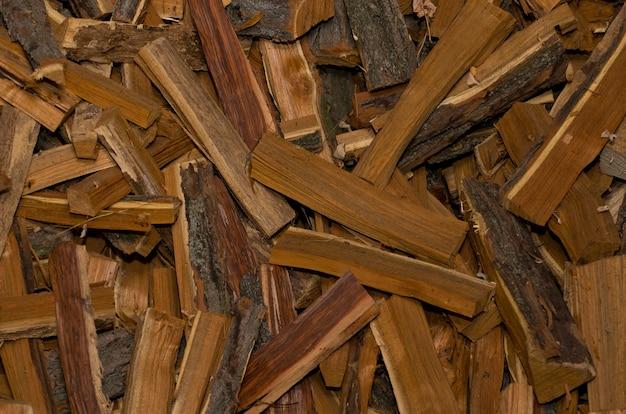Tas de bois de chauffage dispersé au hasard