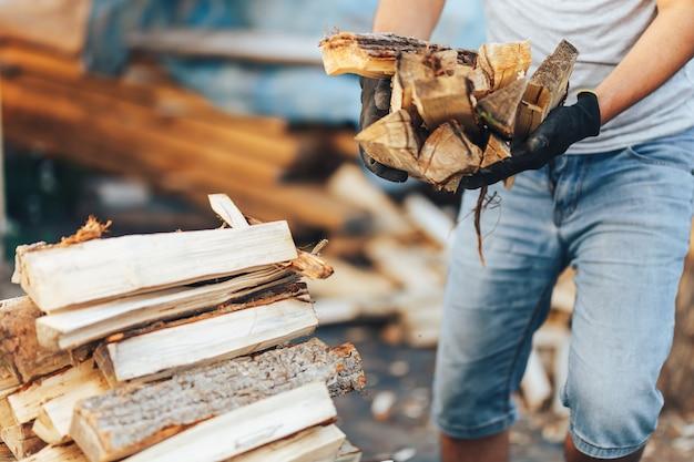 Un tas de bois de chauffage empilé, préparé pour chauffer la maison