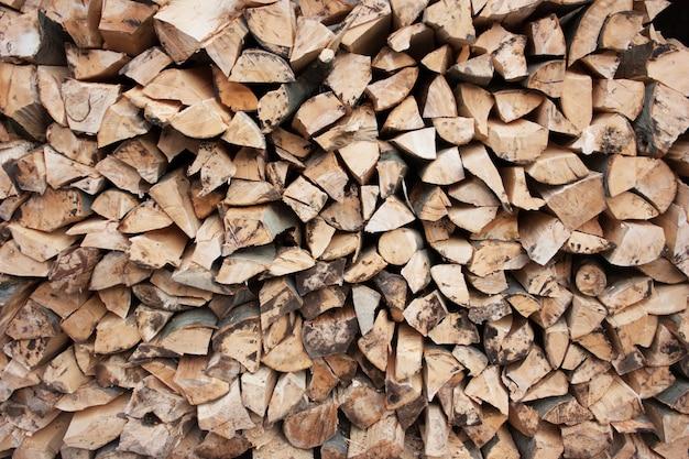 Tas de bois de chauffage haché. arrière-plans en bois