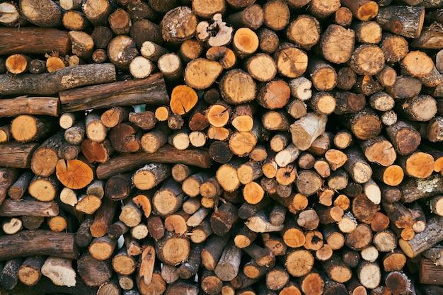 Tas de bois avec gros plan de bois haché plié