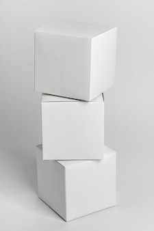 Tas de boîtes sur fond blanc