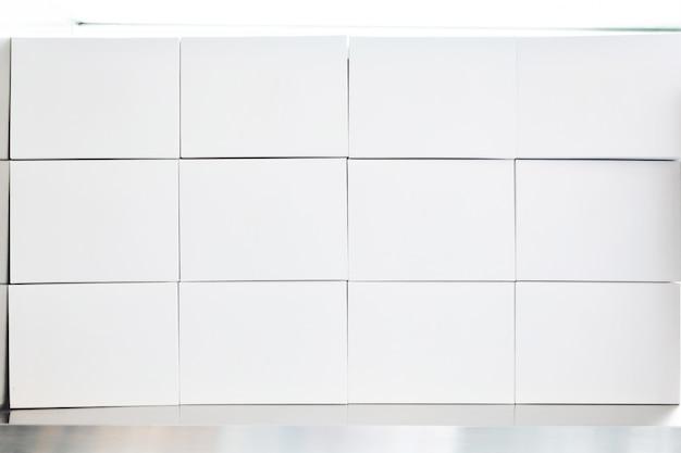 Tas de boîtes de papier blanc arrangé