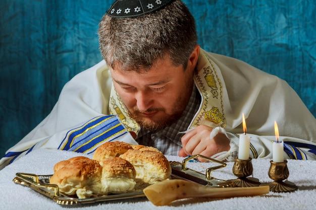 Tas de bon challah de pain sabbat rond avec