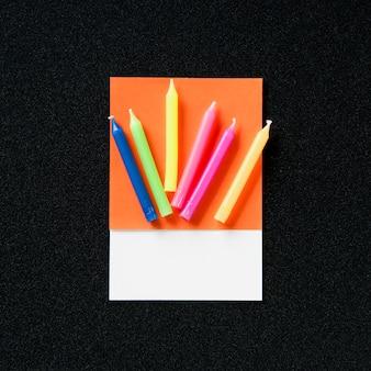 Un tas de bougies de fête colorées