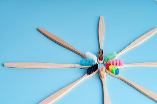 Tas de brosses à dents en bambou écologiques. choisir une brosse à dents. hygiène buccale. tendances écologiques mondiales.