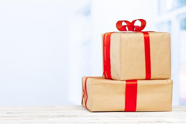 Tas de cadeaux sur l'ancienne table