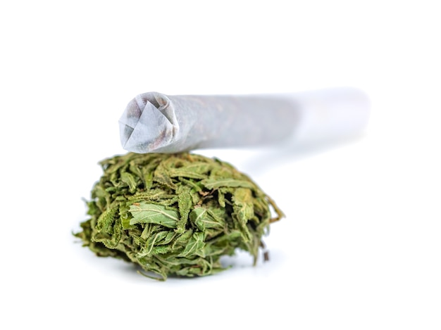 Tas de cannabis médical séché et de marijuana isolé sur blanc