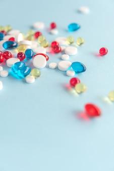 Tas de capsules de gel colorées mixtes