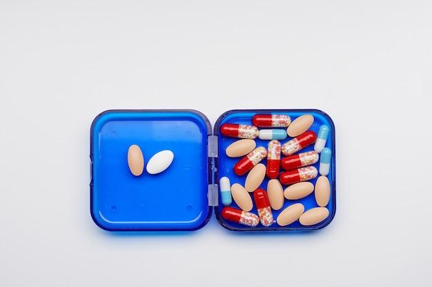 Tas de capsules de médicaments dans une boîte, produit pharmaceutique, médicament dans un récipient de santé