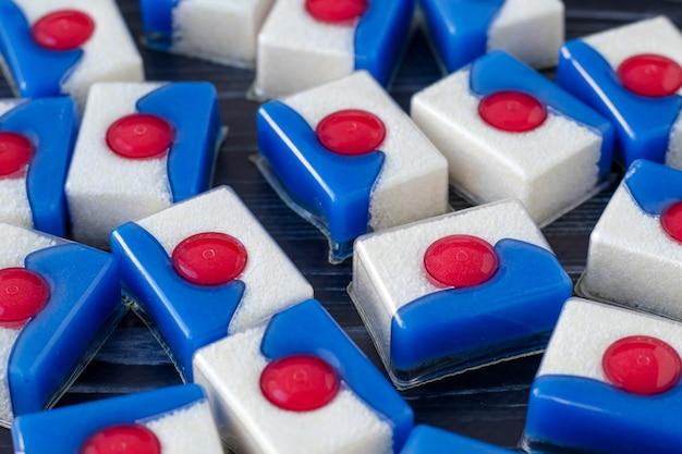 Un tas de capsules pour laver la vaisselle au lave-vaisselle.