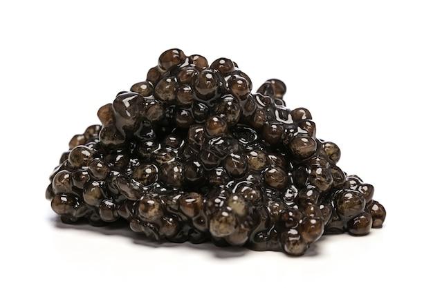 Tas de caviar sur fond blanc