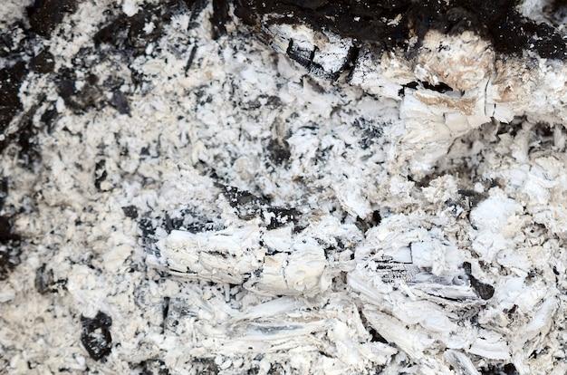Tas de cendres après l'extinction du feu