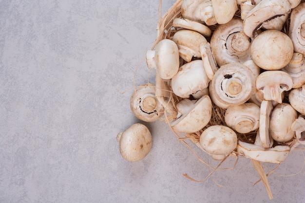 Tas de champignons frais dans un panier en bois