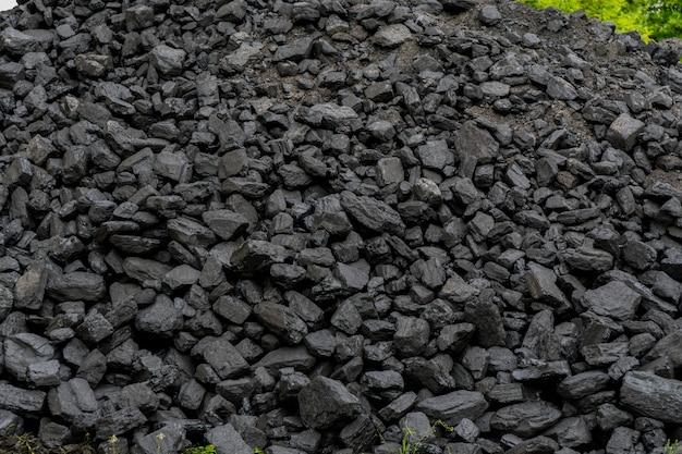Tas de charbon noir.