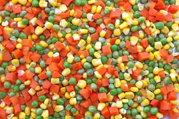 Tas de chop carotte pois et maïs en utilisant comme arrière-plan