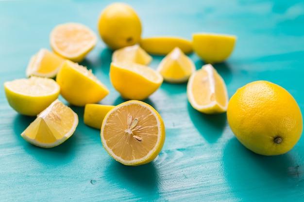 Tas de citrons frais sur table en bois turquoise