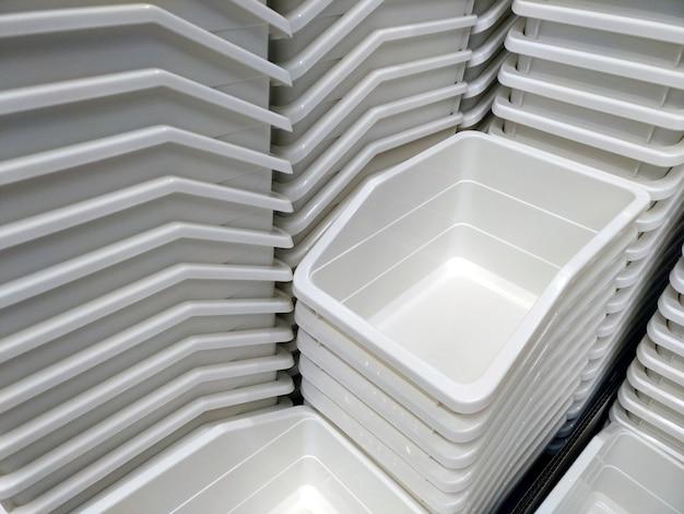 Tas de conteneurs en plastique blanc dans une belle vue en perspective