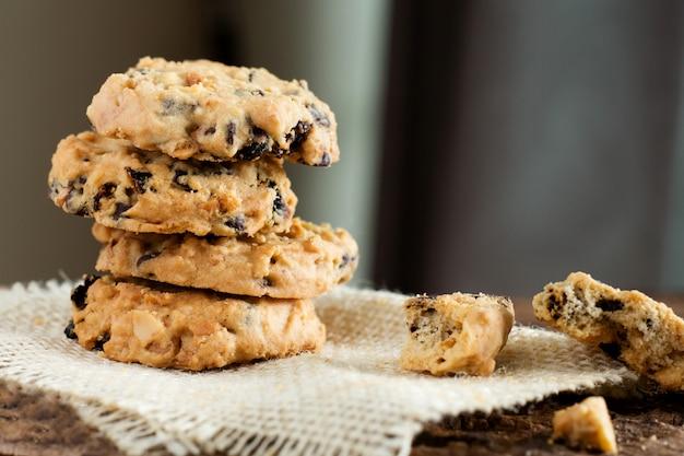 Tas de cookies aux pépites de chocolat sur un sac.