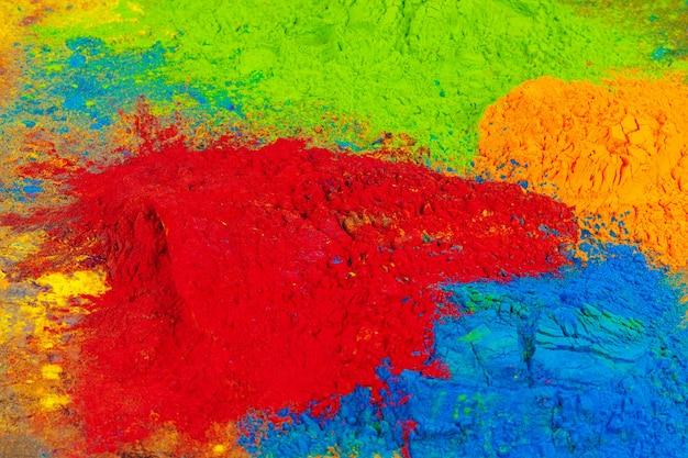 Un tas de couleurs placé sur fond de bois close up