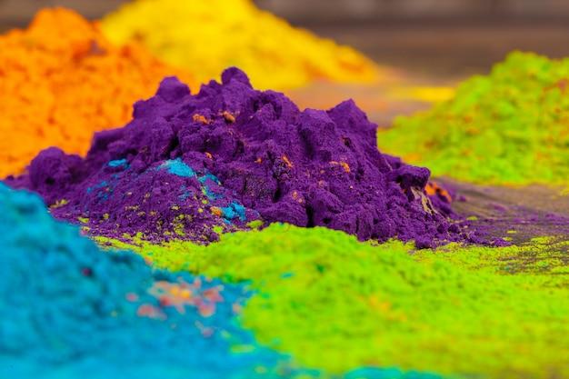 Un tas de couleurs placées sur un mur en bois se bouchent