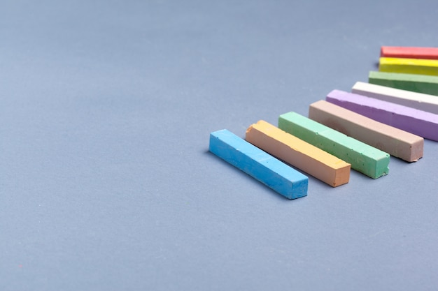 Tas de craie multi couleur sur bleu