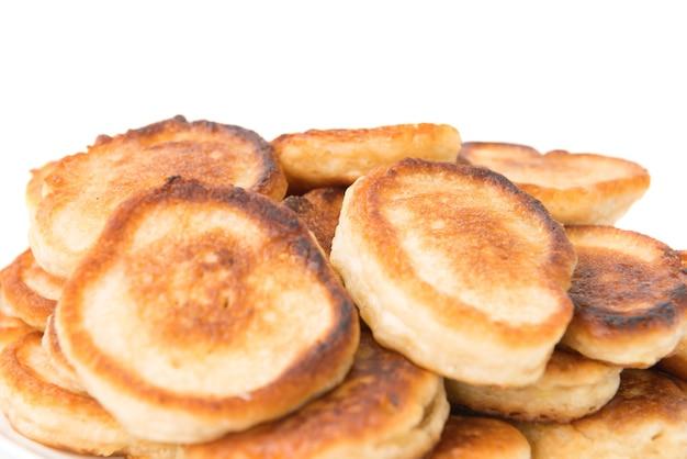 Tas de crêpes grillées sucrées sur fond blanc