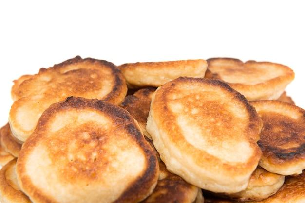 Tas de crêpes grillées sucrées isolé sur fond blanc