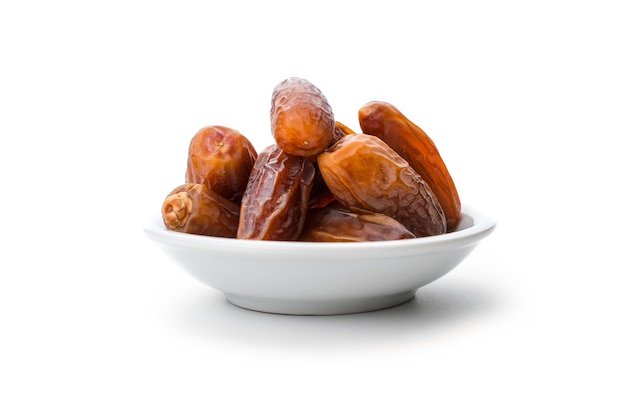 Tas de dates isolé sur fond blanc