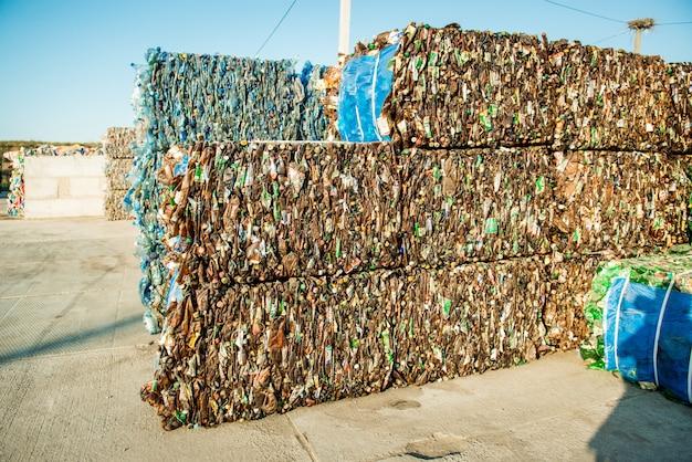 Tas de débris à traiter dans l'usine