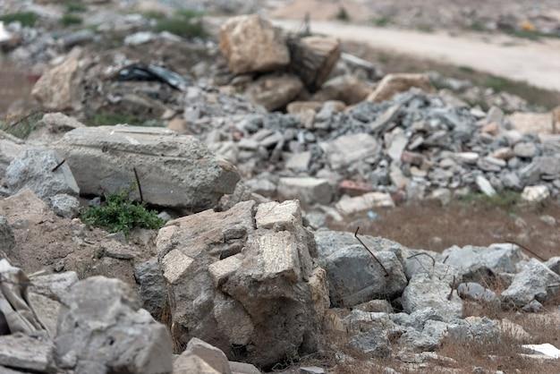 Un tas de déchets de construction dans une décharge. mise au point sélective