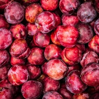 Tas de délicieuses prunes rouges