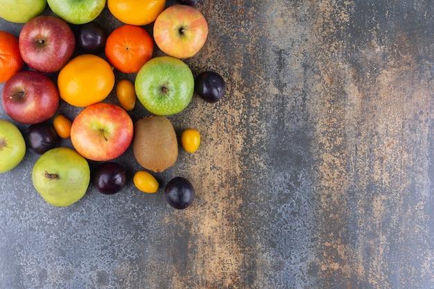 Tas de délicieux fruits juteux placés sur une table en marbre.