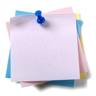 Tas désordonné diverses couleurs collant post notes avec punaise isolé sur blanc