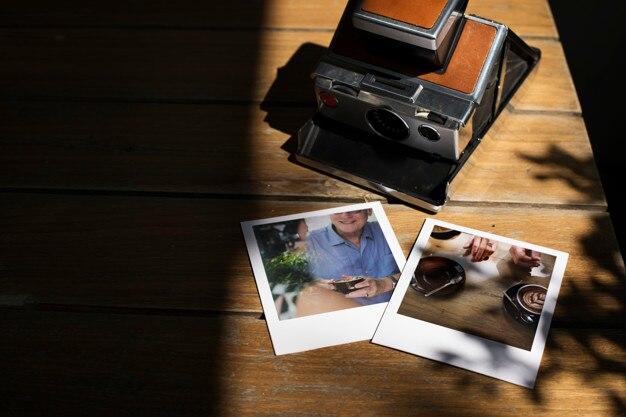 Tas désordonné de tirages photo instantanés