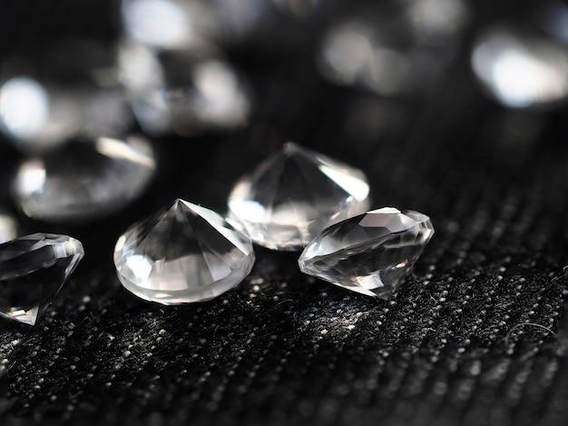 Tas de diamants couché au textile noir