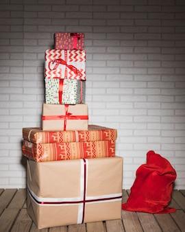 Tas de différentes boîtes présentes dans des enveloppes près du sac rouge