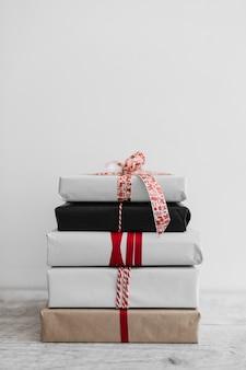 Tas de différents coffrets cadeaux