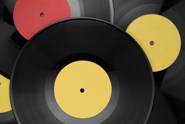 Tas de disques vinyles différents avec des étiquettes vierges. vue de dessus