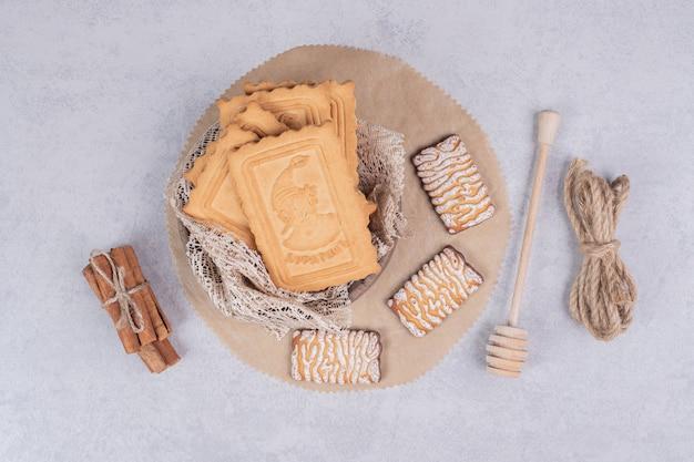 Tas de divers biscuits et bâtons de cannelle sur fond gris. photo de haute qualité