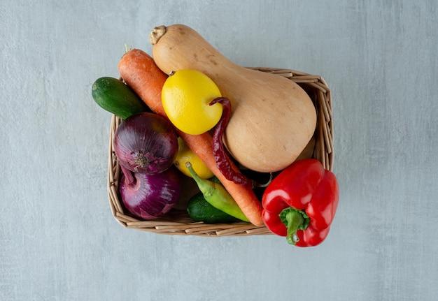 Tas de divers légumes dans un panier en bois