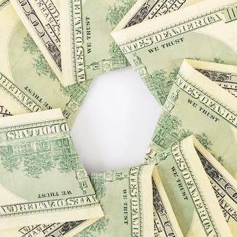 Tas de dollars sur table
