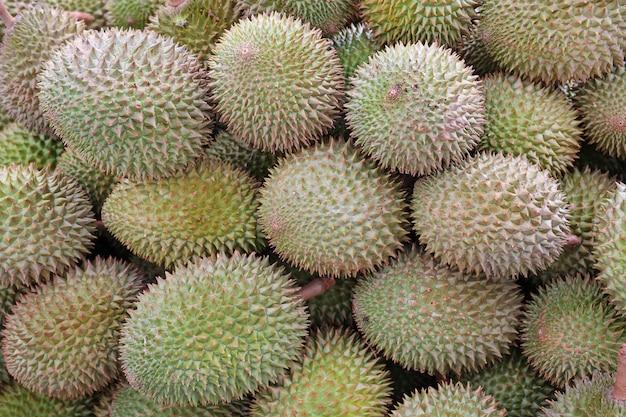 Tas de durain de jardin au marché de thaïlande, roi des fruits
